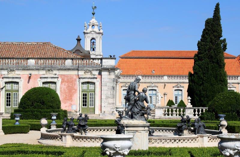Jardim e fonte do palácio nacional, Queluz imagem de stock royalty free