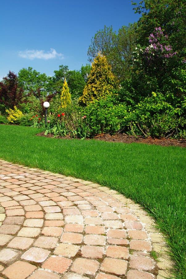 Jardim e trajeto bonitos fotografia de stock royalty free