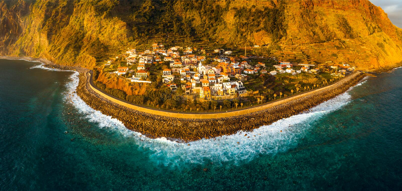Jardim fördärvar byn i söderna av madeiran, flyg- sikt för solnedgång royaltyfria bilder