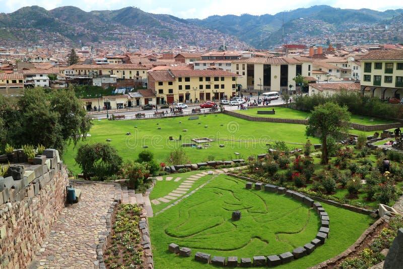 Jardim fora do templo de Coricancha em Cusco do Peru, com o símbolo de Inca Mythology do condor, do puma e da serpente imagens de stock royalty free