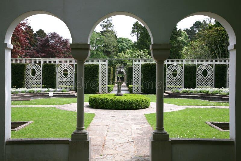 Jardim formal através dos indicadores arqueados fotos de stock royalty free