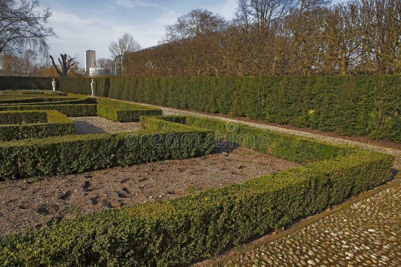 Jardim formal do ` s da rainha: Atrás de situado do estilo jardim do século XVII/na parte traseira da casa/palácio holandeses de  imagens de stock royalty free