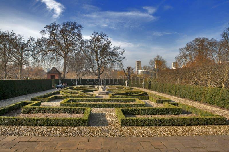 Jardim formal do ` s da rainha: Atrás de situado do estilo jardim do século XVII/na parte traseira da casa/palácio holandeses de  fotografia de stock