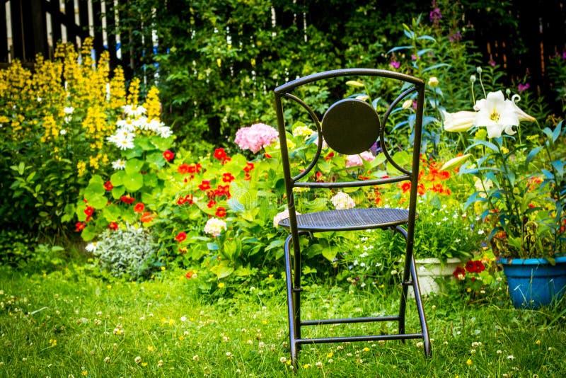 Jardim home bonito no verão imagem de stock