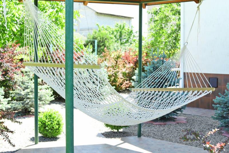 Jardim inglês bonito do estilo com a rede no dia ensolarado foto de stock royalty free