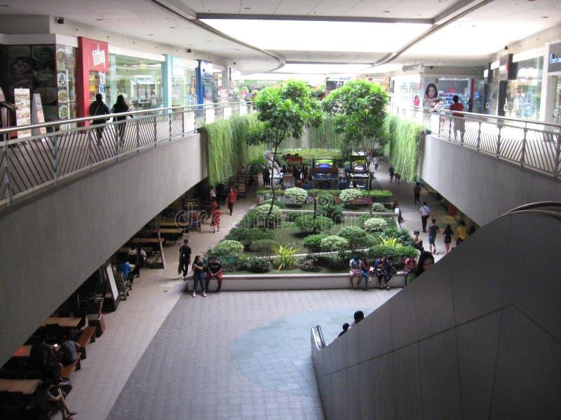 Jardim interno dentro da alameda de Ásia, Manila, Filipinas foto de stock