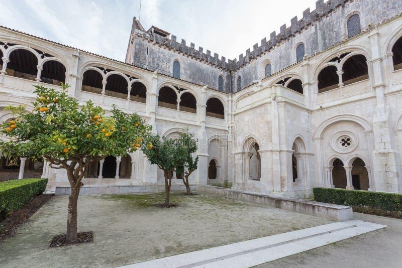 Jardim interno do pátio do monastério Alcobaca foto de stock