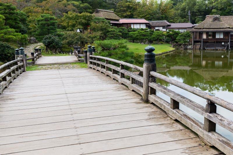 Jardim japonês com ponte de madeira fotografia de stock