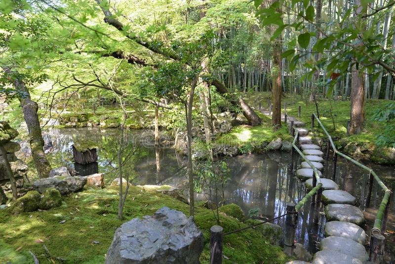 Jardim japonês com uma ponte bonita e uma paisagem impressionante foto de stock