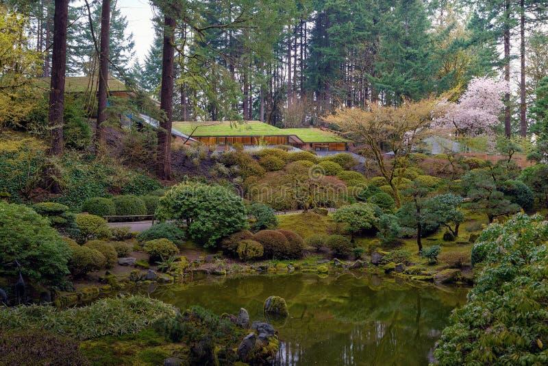 Jardim japonês de Portland pelo lago em Oregon imagens de stock