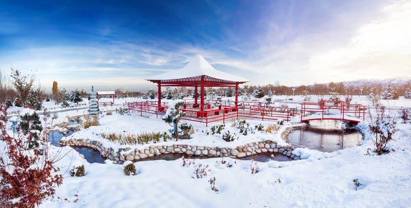 Jardim japonês do inverno em Almaty imagens de stock royalty free