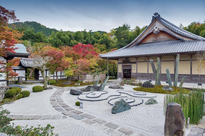 Jardim japonês do zen durante o outono no templo de Enkoji em Kyoto, Japão foto de stock