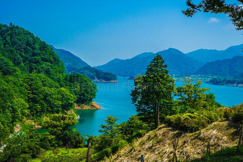 Jardim Kanagawa da beira do lago da represa e do Gen Torii de Miyagase fotos de stock royalty free
