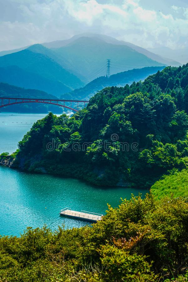 Jardim Kanagawa da beira do lago da represa e do Gen Torii de Miyagase foto de stock royalty free