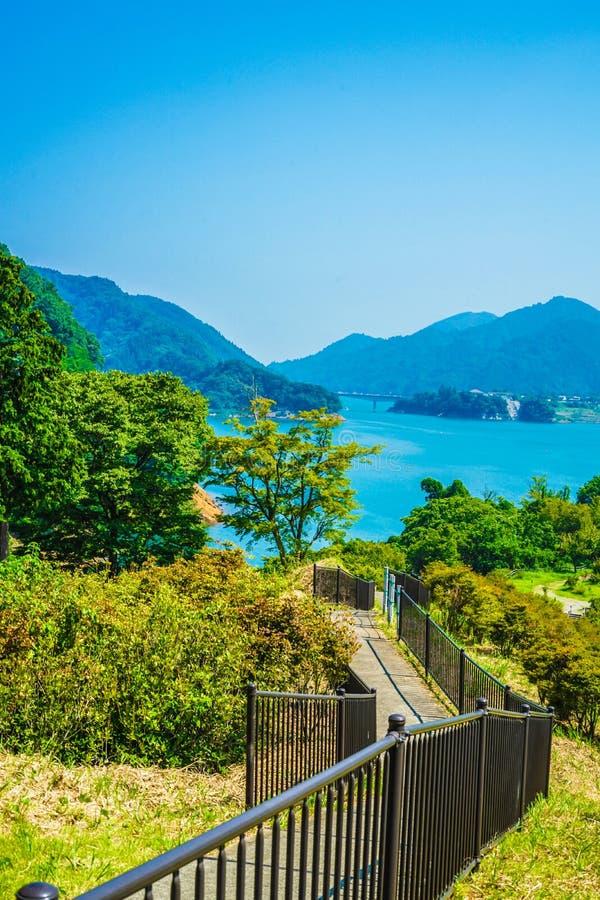 Jardim Kanagawa da beira do lago da represa e do Gen Torii de Miyagase imagens de stock