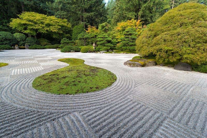 Jardim liso japonês com teste padrão do tabuleiro de damas imagem de stock