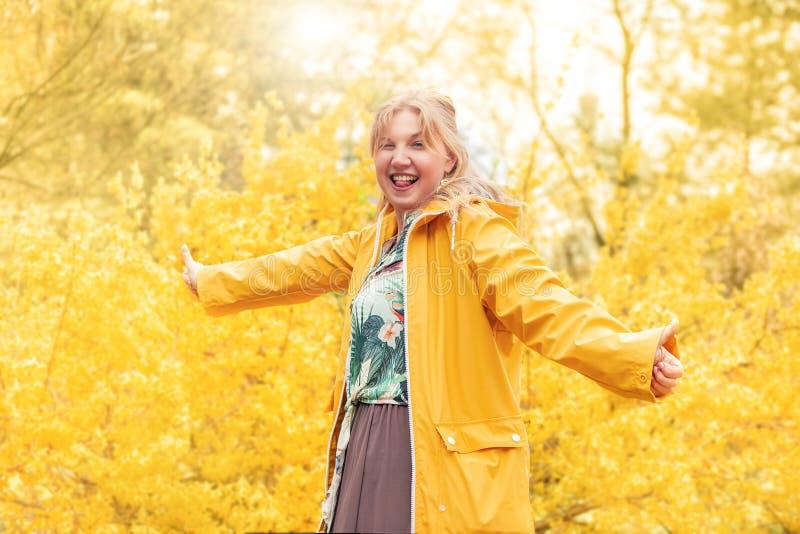 Jardim louro alegre bonito da menina na primavera fotografia de stock