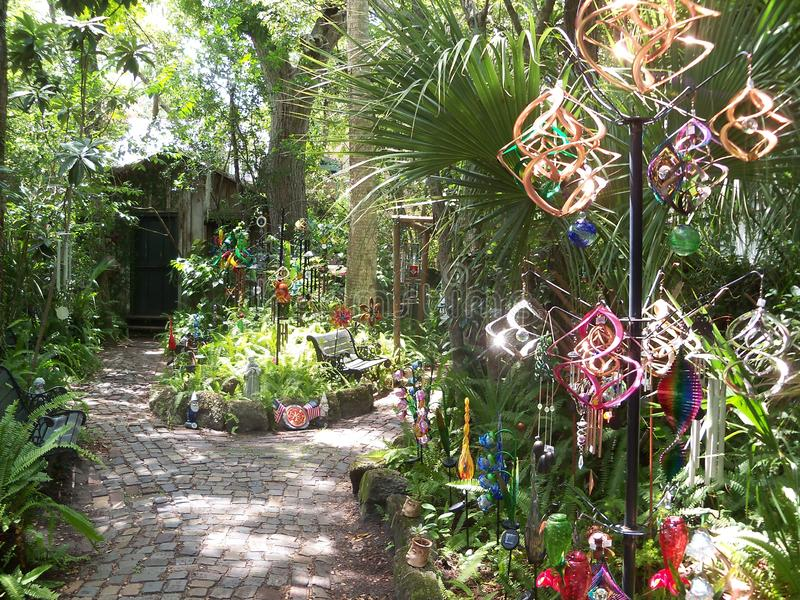 Jardim mágico que caracteriza giradores e carrilhões de vento fotos de stock royalty free