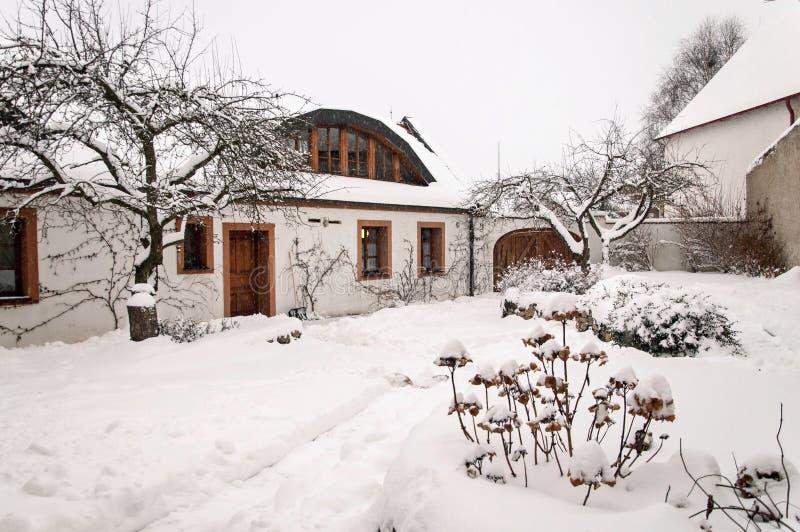 Jardim nevado do inverno idílico imagem de stock royalty free