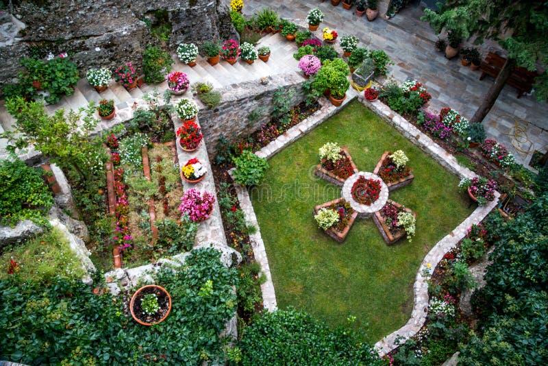 Jardim no monastério santamente Roussano, Meteora, Grécia Thessaly foto de stock