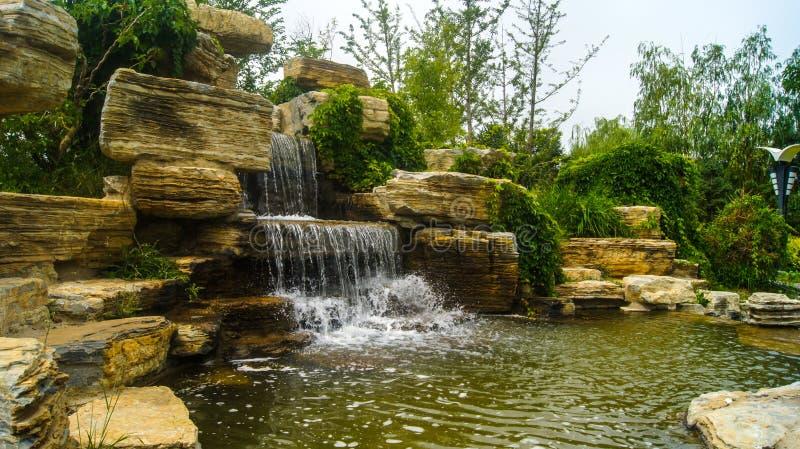 Jardim ornamental de fluxo do jardim ornamental da paisagem do parque foto de stock royalty free