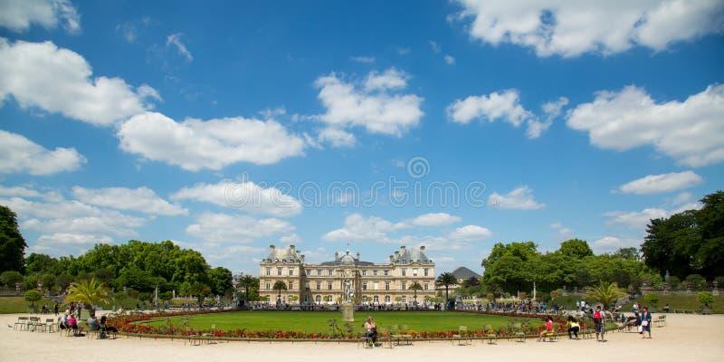 Jardim parisiense bonito e relaxando em Luxemburgo imagem de stock