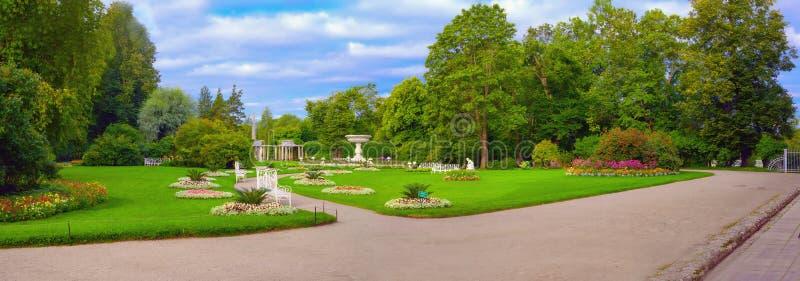 Jardim privado em Catherine Park em Tsarskoye Selo, Pushkin, St Petersburg, Rússia fotografia de stock royalty free