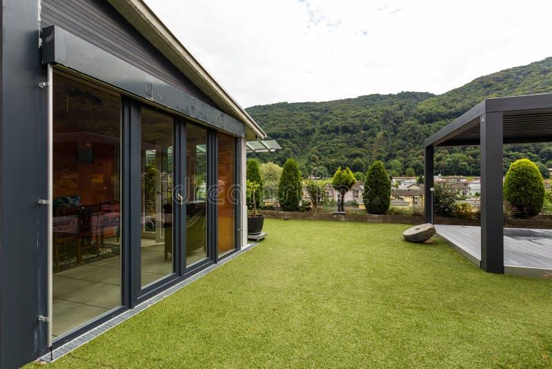 Jardim privado no telhado de uma construção fotos de stock