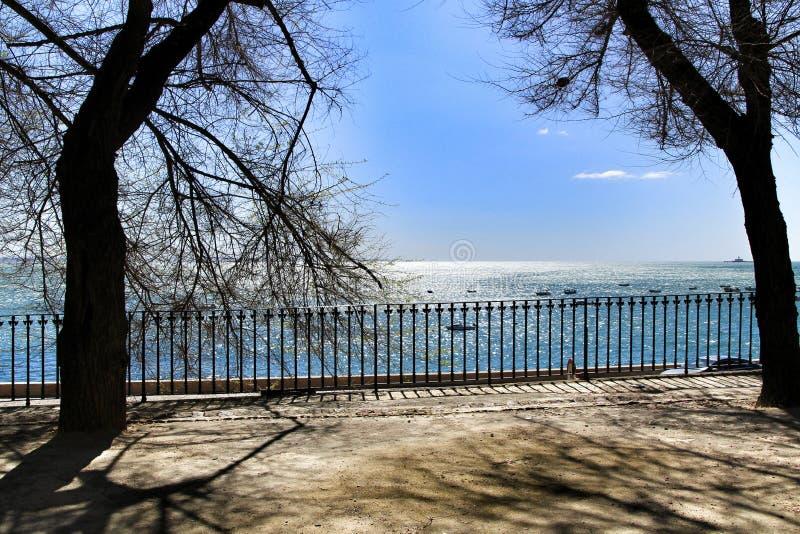Jardim que negligencia o Tagus River em Lisboa imagens de stock royalty free