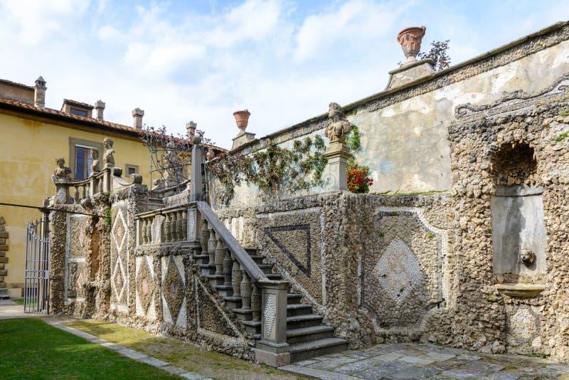 Jardim secreto com esculturas no fille Gambéraia em Settignano Jardim superior na casa de campo Gamberaia imagem de stock