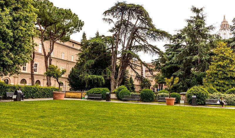 Jardim verde calmo de museus do Vaticano, Roma imagens de stock
