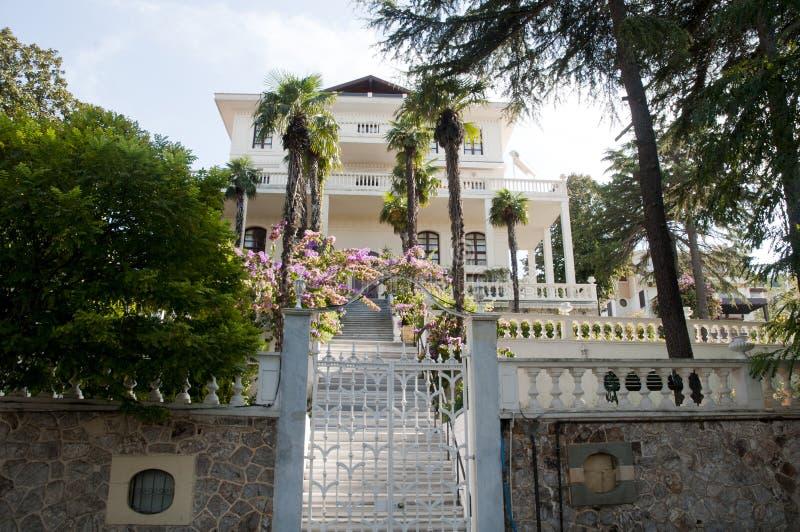 Jardim verde e casa de verão de madeira velha na ilha do príncipe imagem de stock