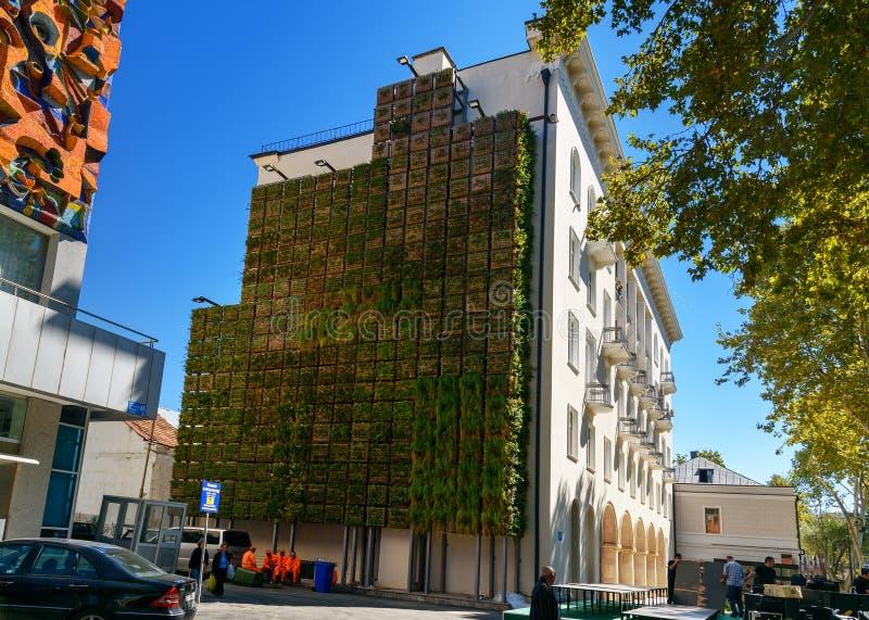Jardim vertical na construção na avenida de Agmashenebeli em Tbilisi geórgia fotos de stock royalty free
