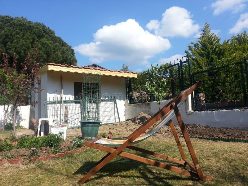 Jardin à la maison d'arrière-cour images libres de droits