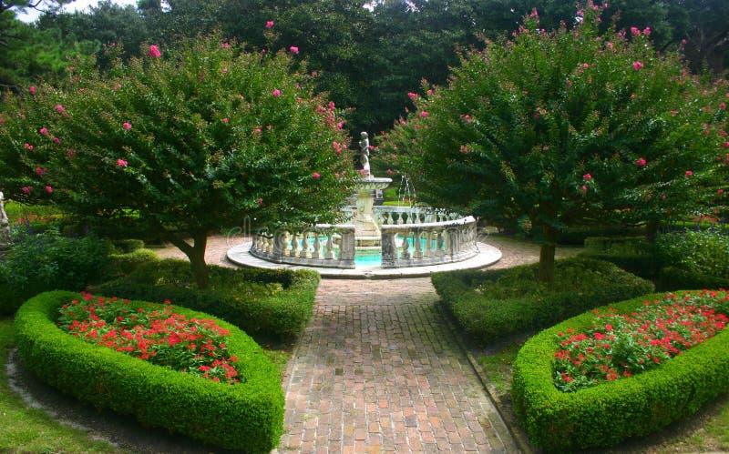 Jardin abondant avec la fontaine photos libres de droits