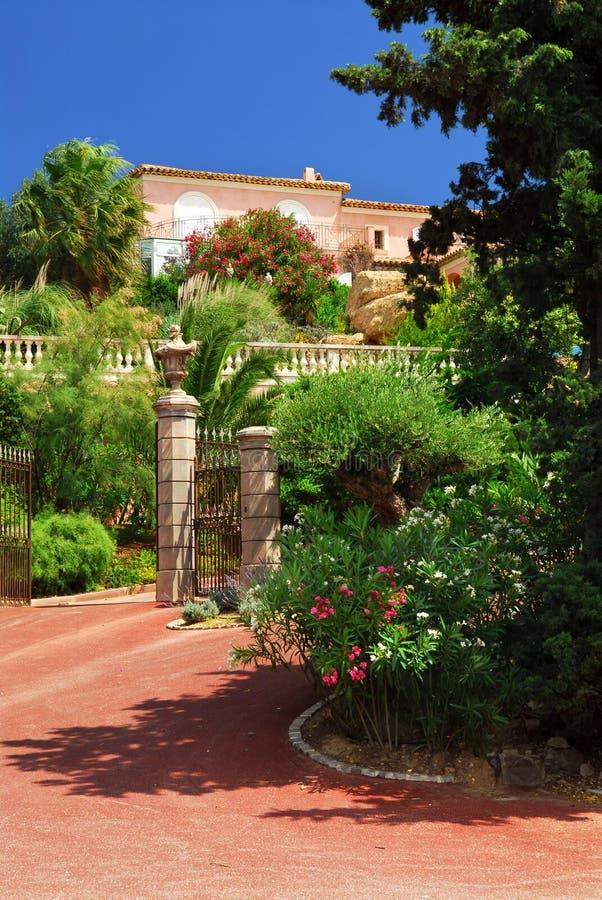 Jardin abondant devant une villa images stock