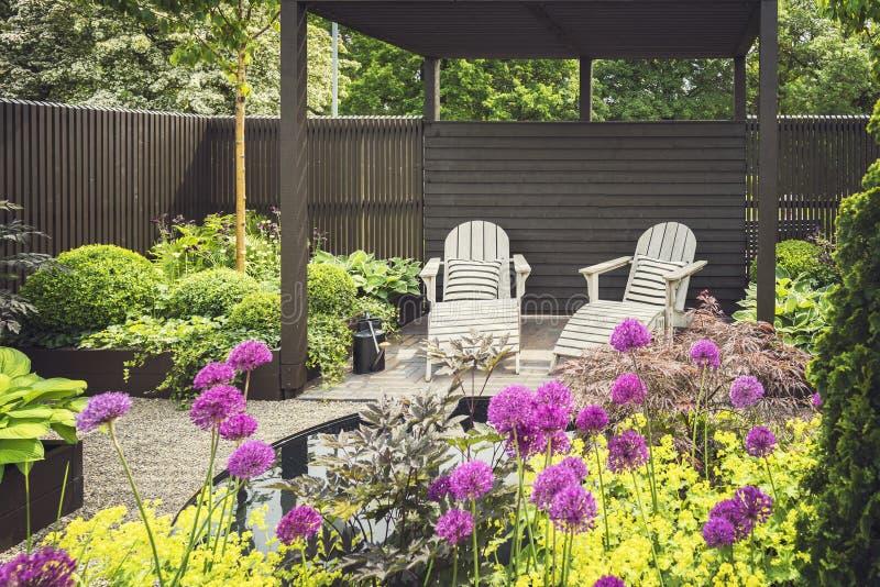Jardin aménagé en parc avec la terrasse image libre de droits