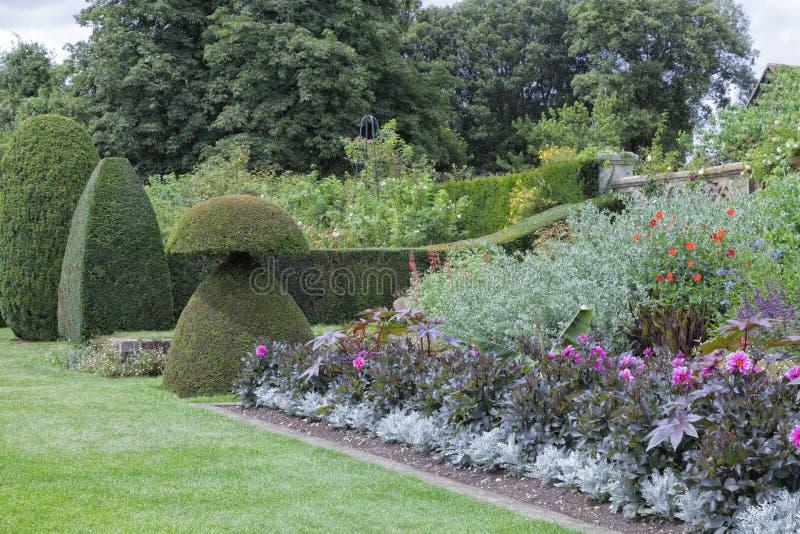 Jardin Anglais Coloré Avec Des Fleurs, Usines Topiaires, Arbres ...