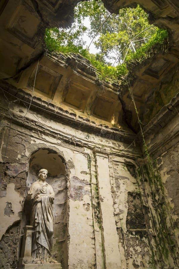 Jardin anglais dans les raisons de Royal Palace célèbre de Caserte photo stock