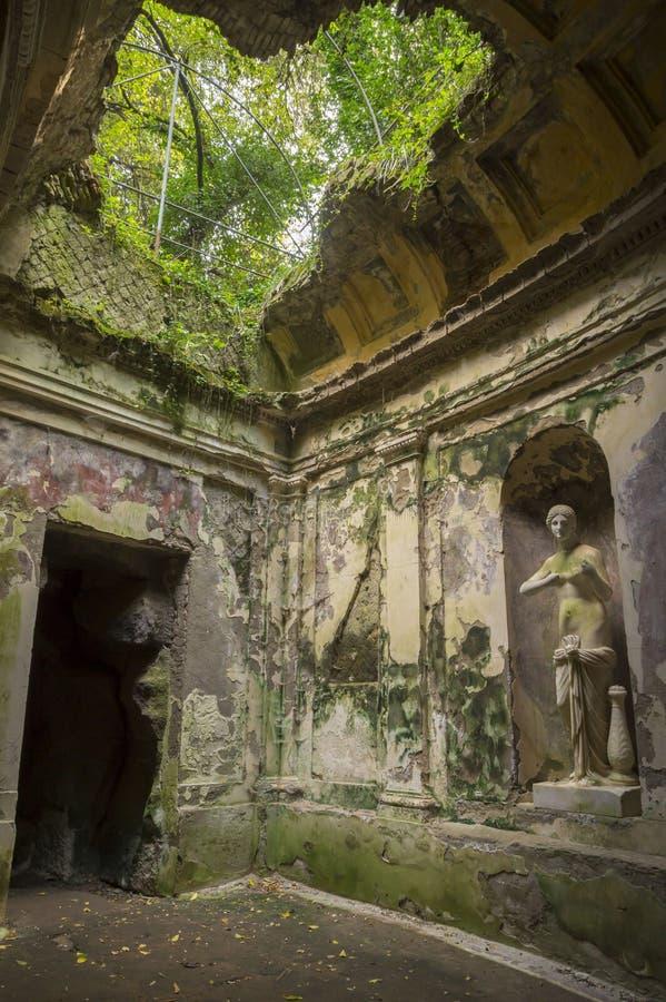 Jardin anglais dans les raisons de Royal Palace célèbre de Caserte photographie stock libre de droits