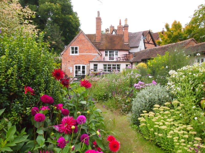 Jardin anglais de cottage dans le Warwickshire photographie stock