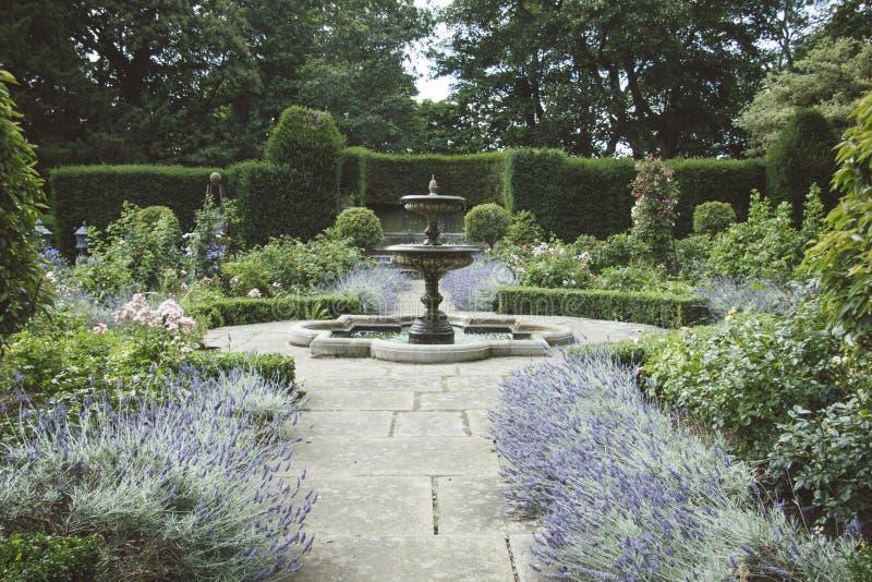 Jardin anglais formel avec des lits de fontaine et de for Jardin anglais histoire