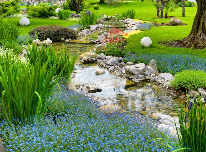 Jardin asiatique avec l'étang photo stock