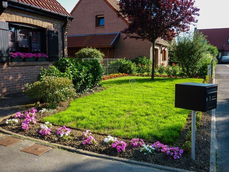 Jardin avant de maison image libre de droits