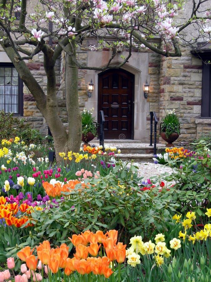 Jardin avec des fleurs de source image libre de droits