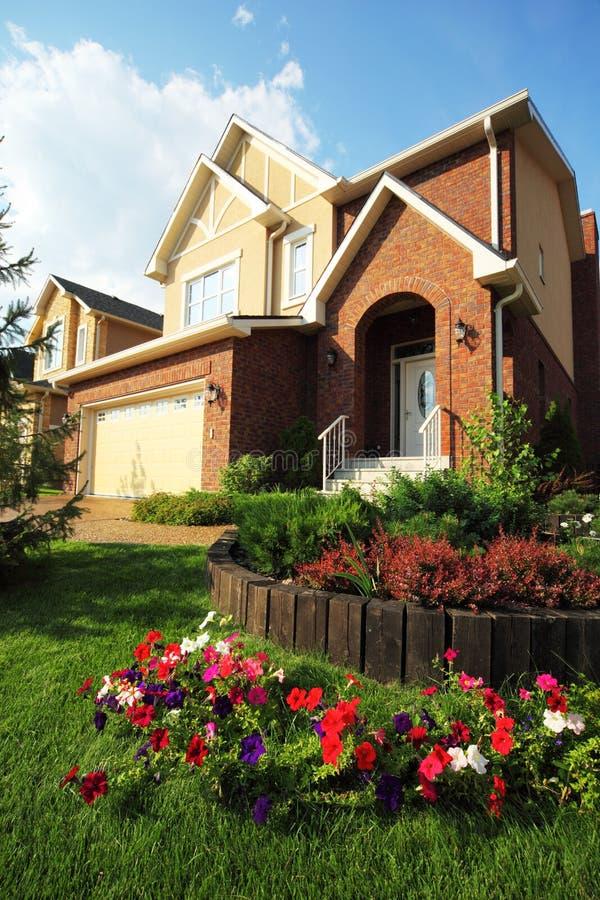 jardin avec des fleurs devant la maison neuve photo stock image 20918204. Black Bedroom Furniture Sets. Home Design Ideas