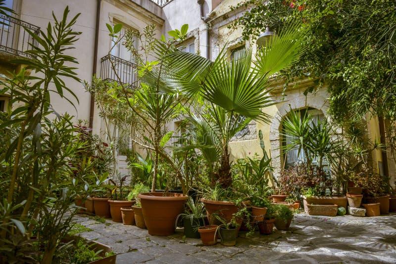 Jardin avec des pots de terre cuite image stock image du cour tradition 43248957 - Decoration de jardin avec des pots en terre ...