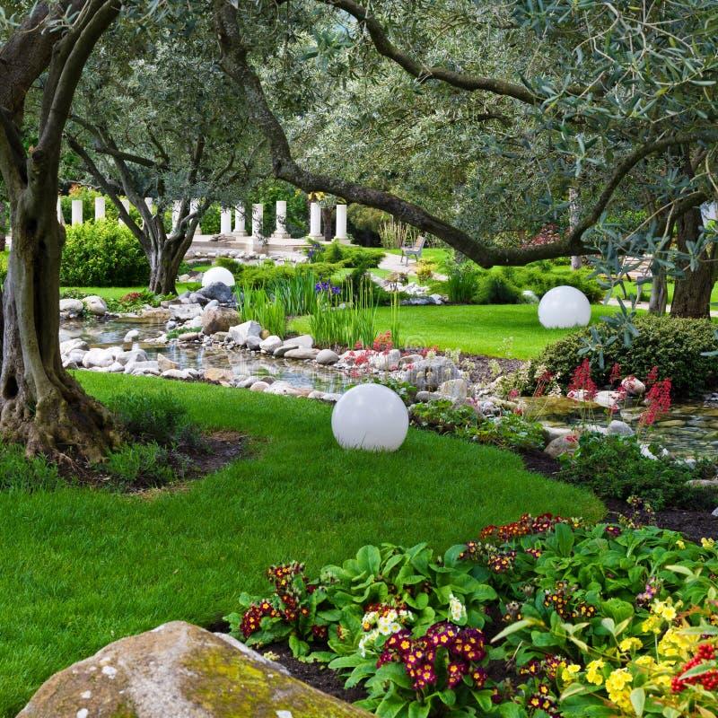 Jardin avec l'étang photo libre de droits