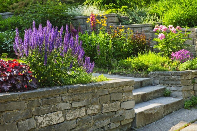Jardin avec l'aménagement en pierre images stock
