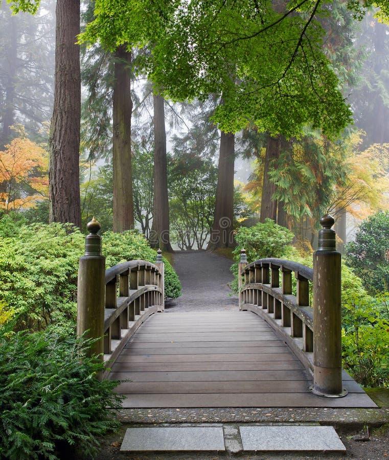 Jardin brumeux de Japonais de passerelle de pied de matin photos libres de droits